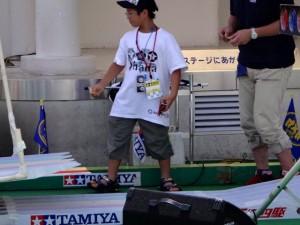 自分のミニ四駆を見守るレーサー