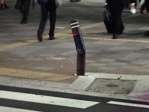 折れた路上の柱