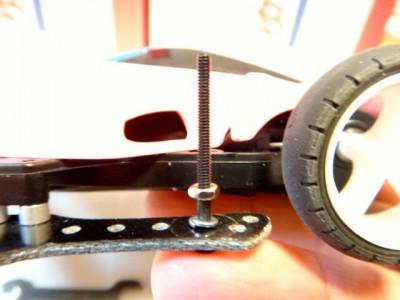キャップスクリューを使用して横にマスダンパーを取り付ける方法