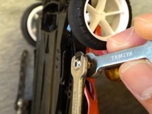 キャップスクリューを使用して横にマスダンパーを取り付ける方法の説明その4