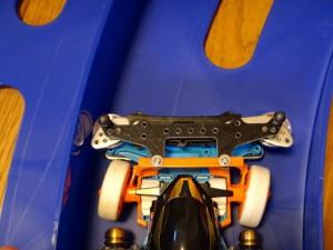 ステアリングとスライドダンパーの組み合わせで車輪が右に曲がるところ