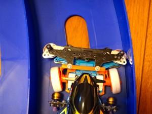 ステアリングとスライドダンパーの組み合わせで車輪が左に曲がるところ