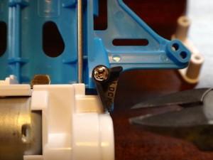 ワンロックギヤカバーのロック部品をカットしようとしているところ