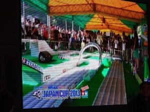 ミニ四駆ジュニアカップ・トレッサ横浜杯2013[秋]イベント会場に設置された大型ディスプレイの映像その1