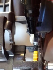 シャーシにこびりついた古いグリスを拭き取っているところ(表側)