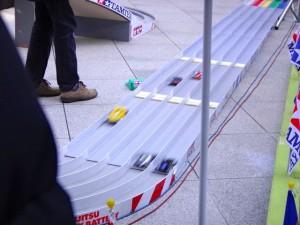 公式大会のコースを走るミニ四駆たち