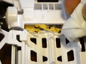 ミニ四駆のターミナル(電池金具)を拭いているところその1