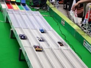 大会でコースを疾走するミニ四駆その1