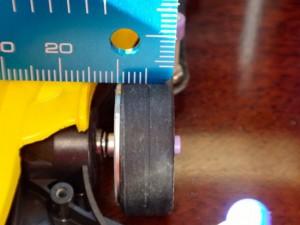 ミニ四駆のタイヤ幅を計っているところ