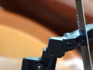 カーボン強化リヤステーをカットしているところ