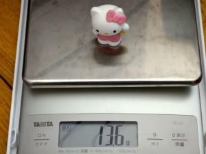 おもちゃの人形の重さを量っているところ