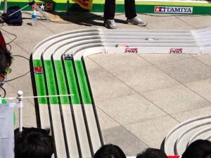 公式大会のコースを走るミニ四駆