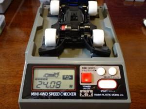 ミニ四駆スピードチェッカーで計測しているところ