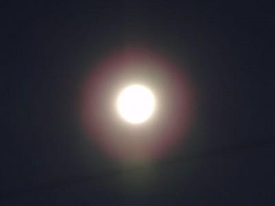 夜空に光り輝く月