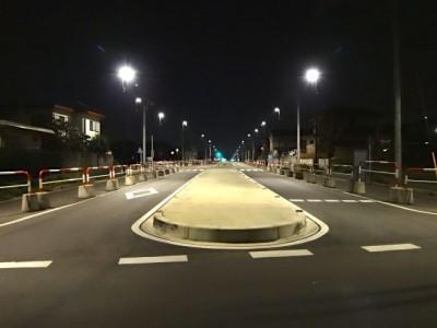 2車線道路の中央分離帯