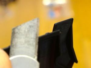 切れ端をカッターで削る