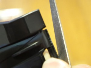 切れ端をヤスリで削る