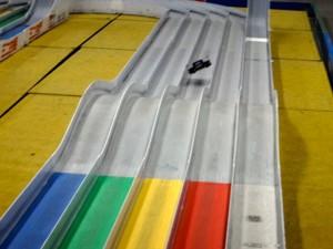 ジャンプ台からジャンプしているミニ四駆