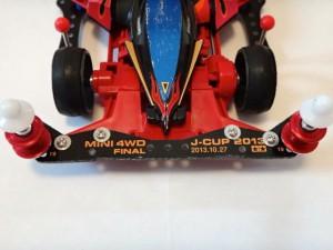 ミニ四駆のフロントバンパーにガイドローラーを最大幅まで取り付けた例