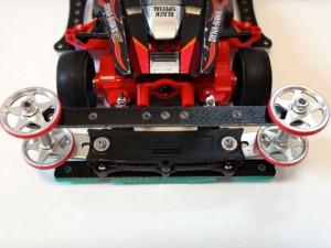 ミニ四駆のリヤバンパーにガイドローラーを最大幅まで取り付けた例