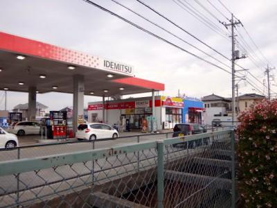 プラモデルショップ シャトルの隣にあるガソリンスタンド